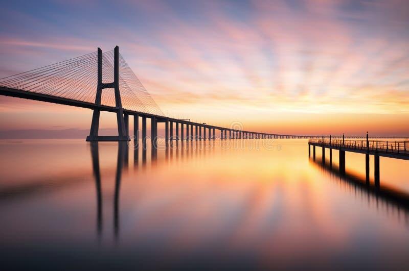 Överbrygga Lissabon på soluppgång, Portugal - Vasco da Gamma arkivbild