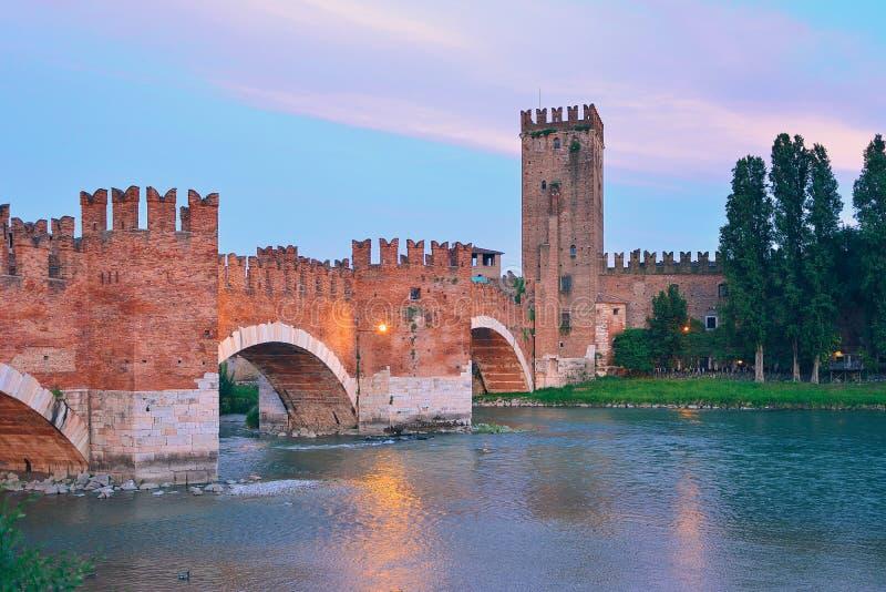Överbrygga med archs Castelvecchio över River Adige i Verona Italy royaltyfri foto
