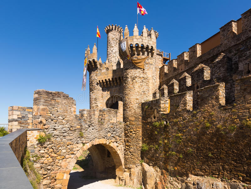 Överbrygga och porten av den Templar slotten i Ponferrada royaltyfria bilder