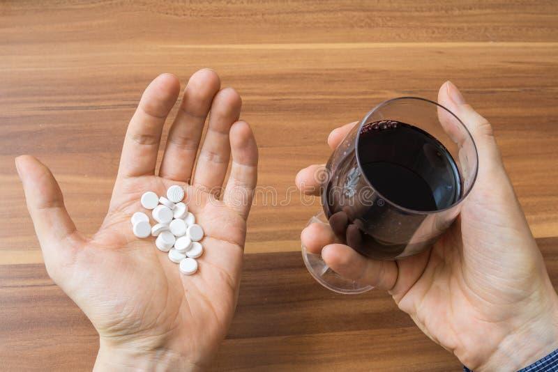 Överdos av preventivpillerar och exponeringsglas med alkohol royaltyfri bild