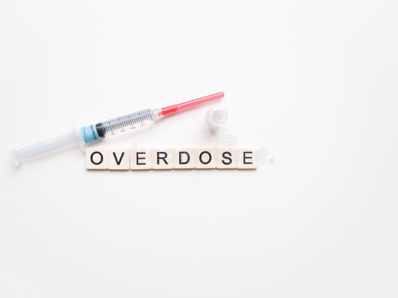 Överdos, injektionsspruta med klar flytande och liten medicinflaska arkivbilder