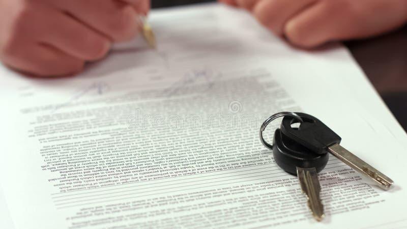 Överenskommelse för hyra för köparehand undertecknande, transporttangenter på tabellcloseupen, försäkring royaltyfria bilder