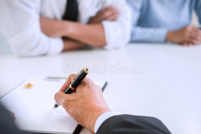 Överenskommelse som är förberedd av det undertecknande dekretet för advokat av skilsmässadissolut royaltyfria foton