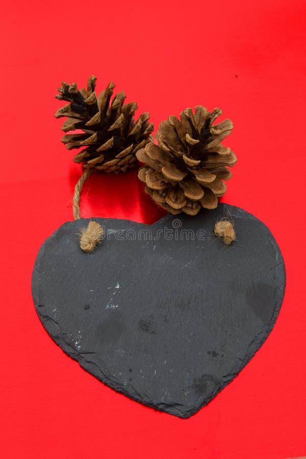 Överför ett älska meddelande på svart kritiserar hjärta arkivfoton