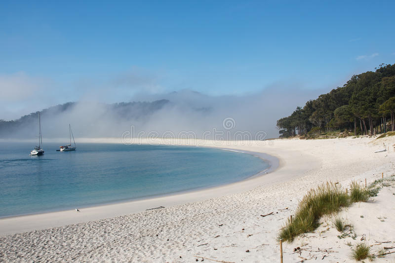 Överför länge stranden och mist, atlantiska öar nationalparken, Spanien royaltyfri fotografi