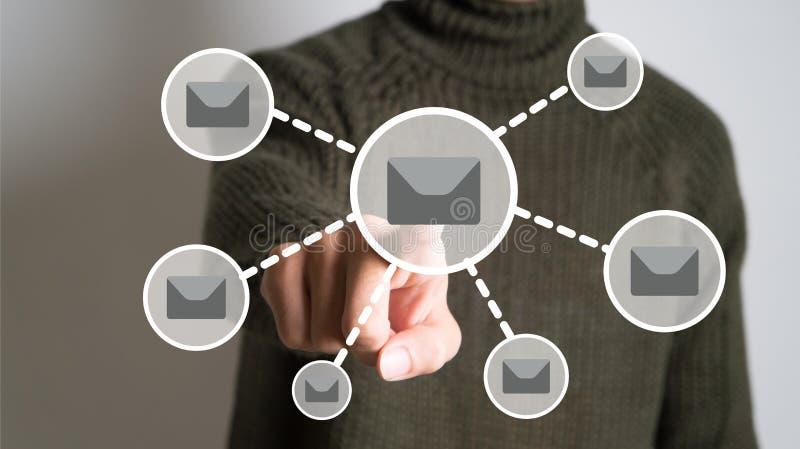 Överföra emailbegrepp - affärsmanteckningen packar in i regeringsställning arkivfoto