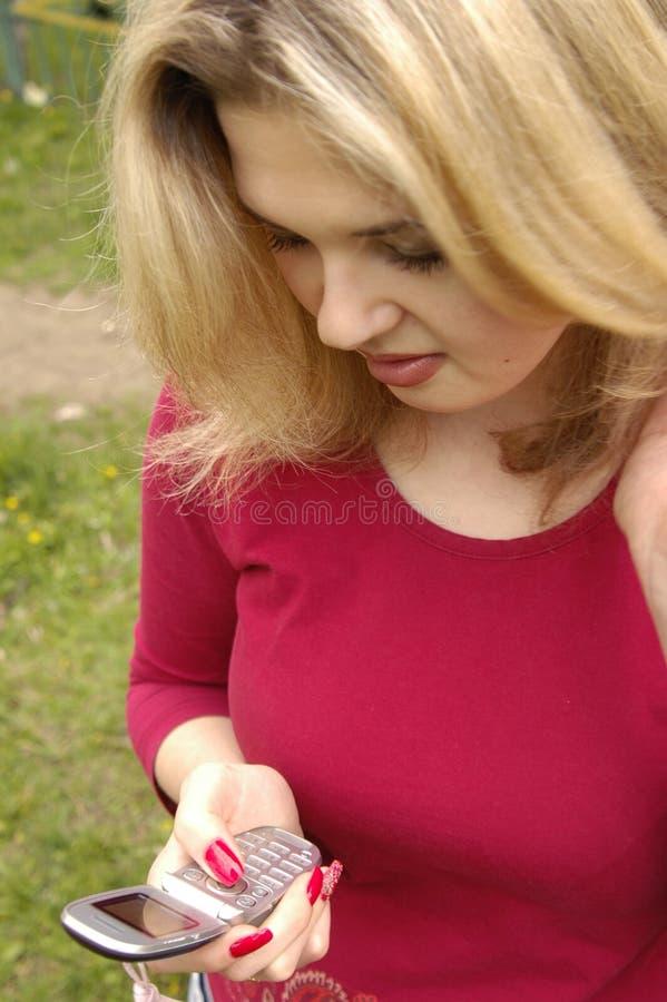 överföra sms den teen kvinnan royaltyfri fotografi