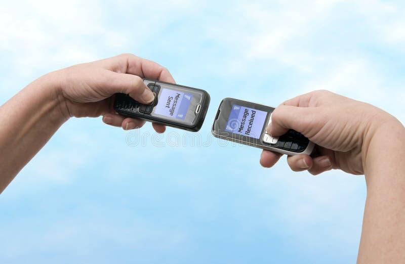 överförd mobil telefon som mottas arkivbild