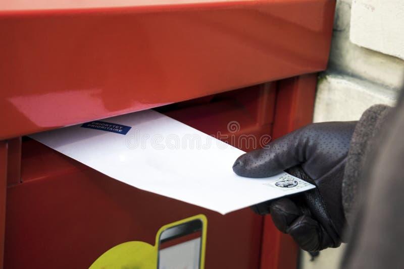 Överföring av ett brev royaltyfri bild