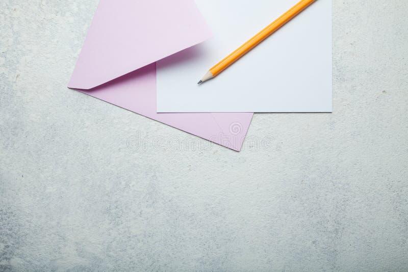 Överföring av ett förälskelsebrev eller av en inbjudan till ett bröllop Tomt avst?nd f?r text arkivfoton