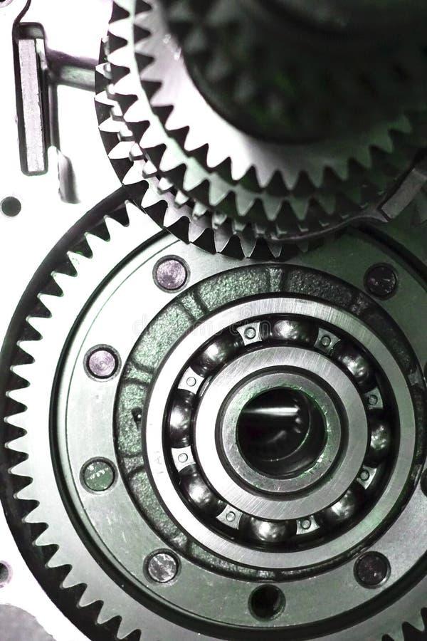 överföring Närbilden av två stålkugghjul anknöt begreppet för förälskelse, familj, teamwork och partnerskap arkivfoto