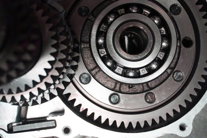 överföring Närbilden av två stålkugghjul anknöt begreppet för förälskelse, familj, teamwork och partnerskap fotografering för bildbyråer