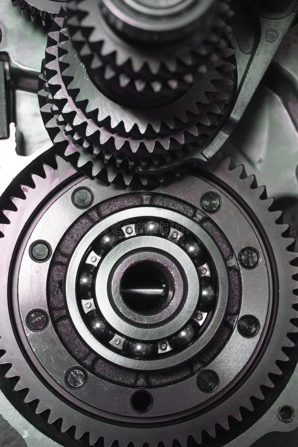 överföring Närbilden av två stålkugghjul anknöt begreppet för förälskelse, familj, teamwork och partnerskap arkivbild