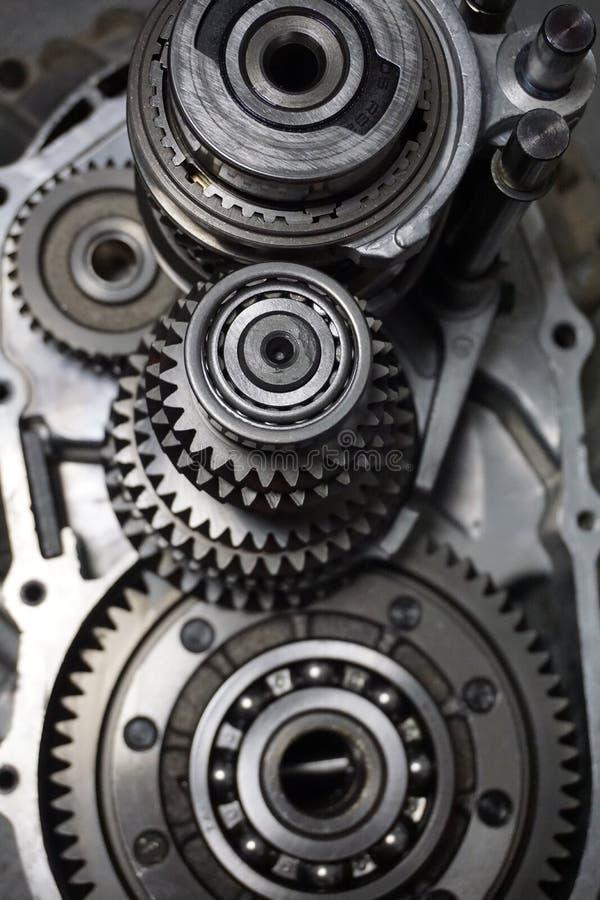 överföring Närbilden av två stålkugghjul anknöt begreppet för förälskelse, familj, teamwork och partnerskap I arkivfoto