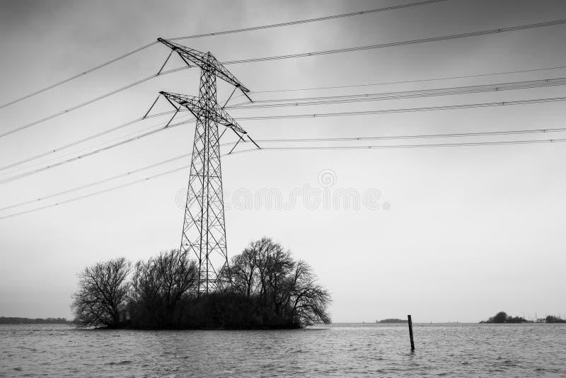 Överföringsmakttorn som är svartvitt fotografering för bildbyråer