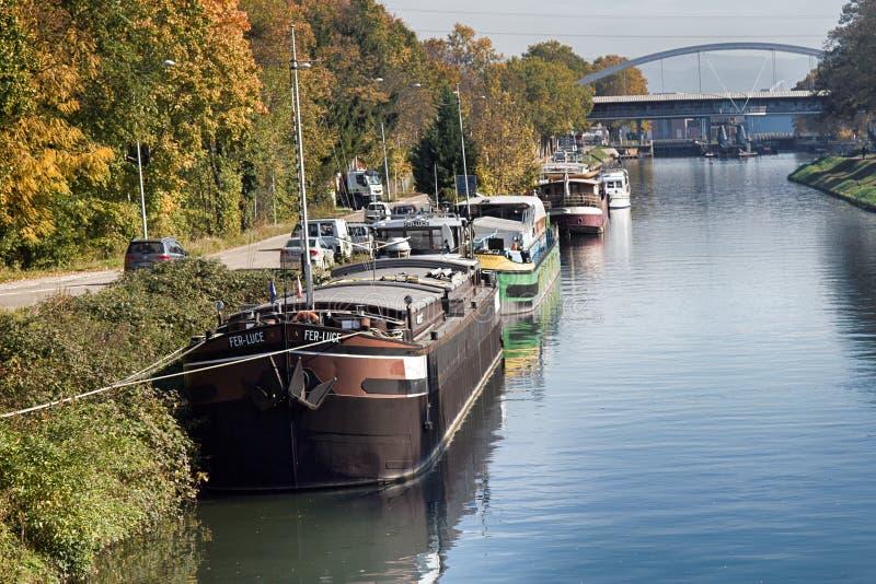 Överflöd av förtöjde bostads- pråm för husbåtar royaltyfri foto