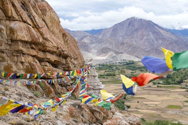 Överflödet av den färgrika buddistiska bönen sjunker på Stupaen i Ladakh, Jammu & Kashmir, Indien arkivbild