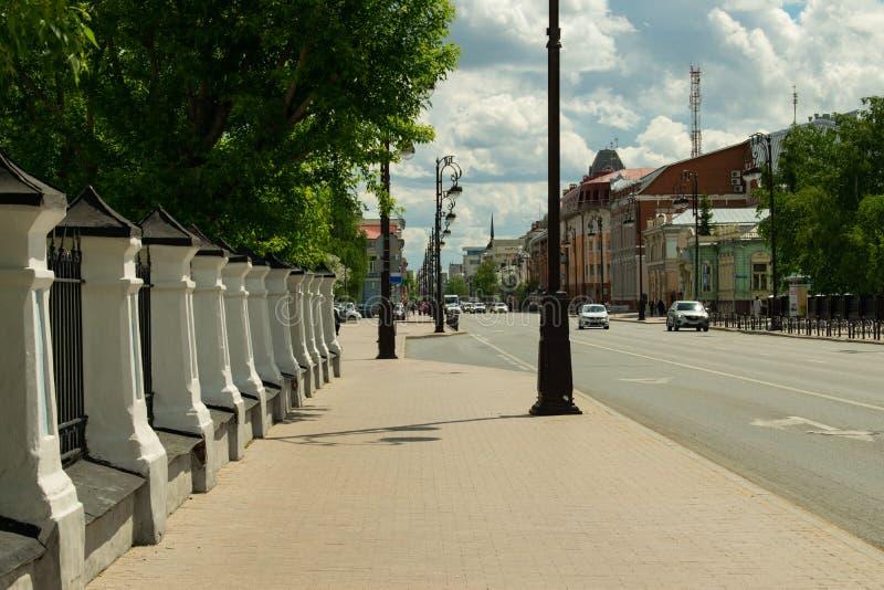 Övergående gata i staden arkivfoton