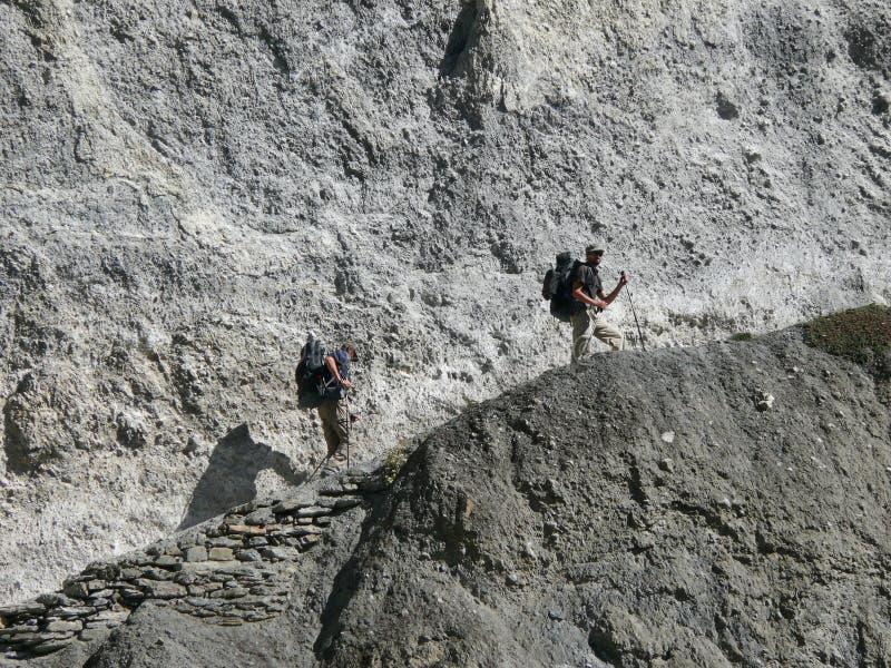 Övergående jordskredområde - väg till den Tilicho basläger, Nepal arkivbilder