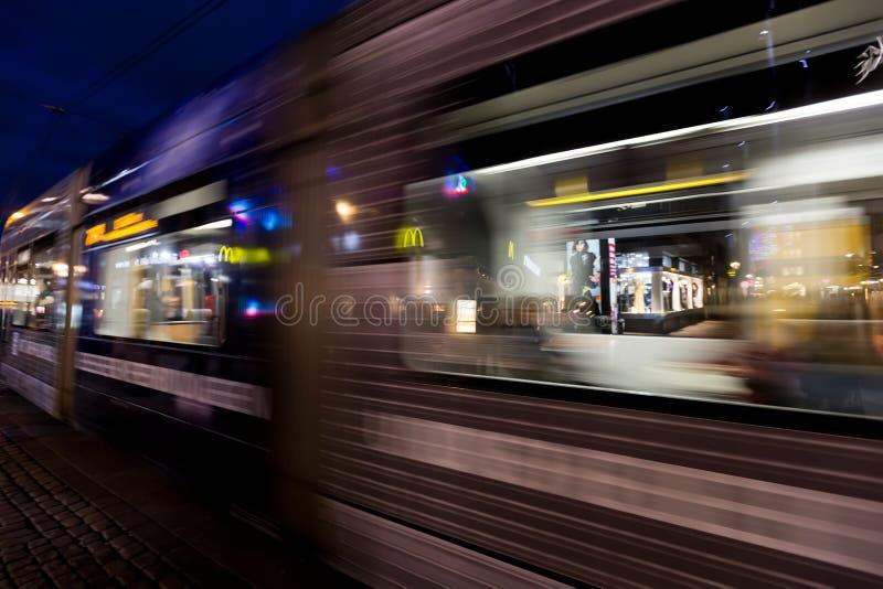 Övergående rheinbahnspårvagn Rheinbahnen fungerar in och omkring royaltyfria foton