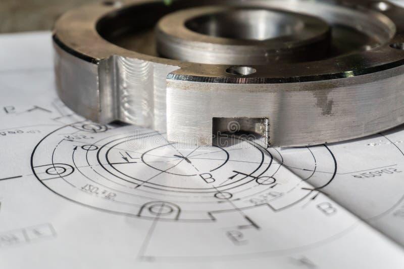 Övergångsflänsen, når den har bearbetat, ligger på den tekniska teckningen Specificera klart att arbeta med en teckning tillsamma royaltyfri bild