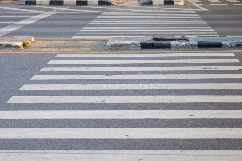 Övergångsställe för att gå över gatan på genomskärningen arkivbild