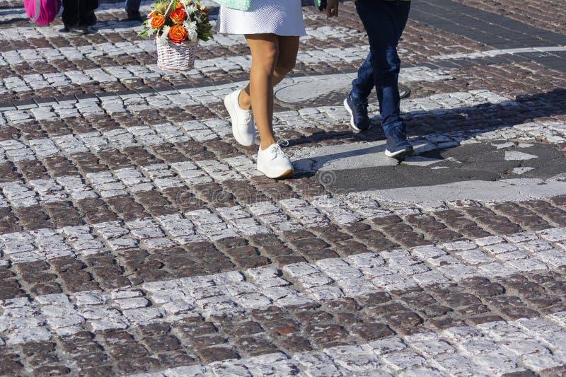 Övergångsställe och fot av att gå för gångare royaltyfri fotografi