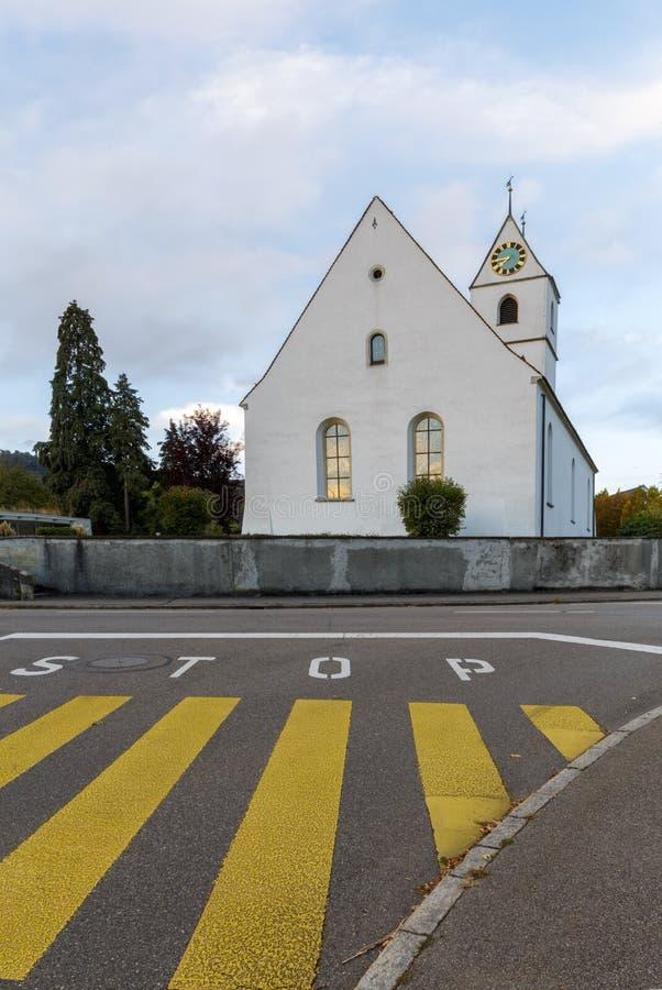 Övergångsställe- och stopptecken på en gata royaltyfri fotografi