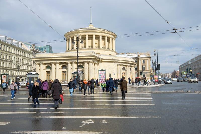 Övergångsstället till en lobby av stationen för tunnelbana för ` för `-Vosstaniya fyrkant på den Nevsky avenyn i den April aftern arkivfoto
