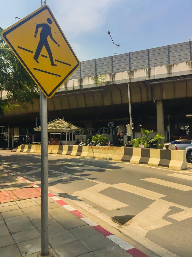 Övergångsställetecken på föreningspunktvägen Svartvit övergångsställe avriven på asfaltvägen på föreningspunkten av staden för sä arkivfoto