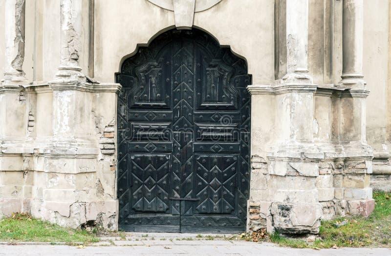 Övergav dekorativa kyrkliga dörrar royaltyfri foto