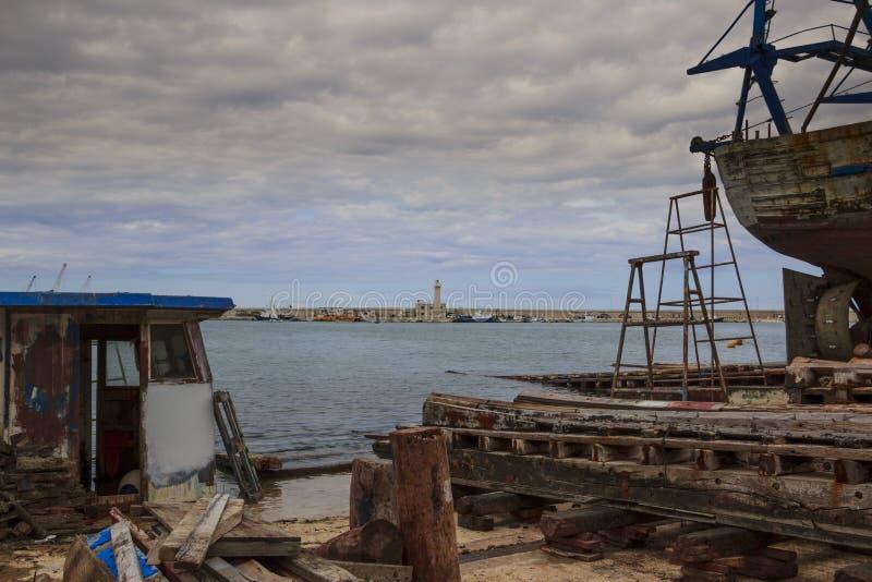 Övergav fiskebåtar på hamnen, Italien arkivbilder