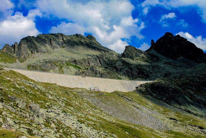 Övergav gamla dämmer av upp högt i berget royaltyfria foton