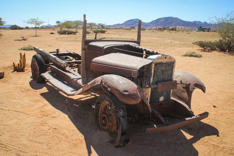 Övergav gamla rostiga bilar i öknen av Namibia och nära den Namib-Naukluft nationalparken arkivfoto