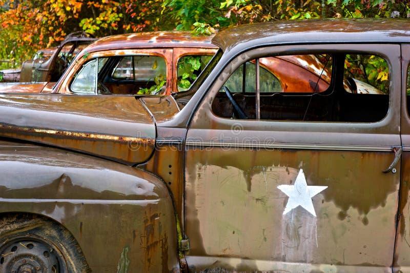 Övergav skräpbilar i rad royaltyfri foto