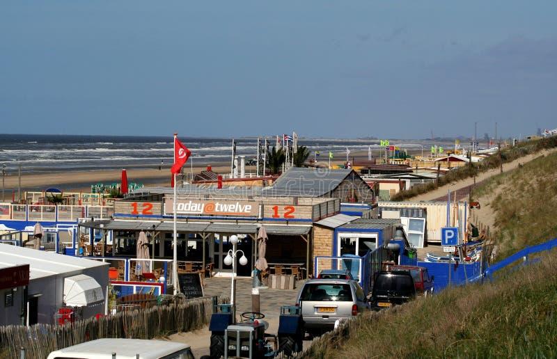 Övergav terrasser av en strand, hus, restaurang, på en tom strand royaltyfri foto