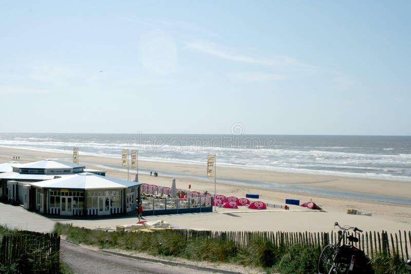 Övergav terrasser av en strand, hus, restaurang, på en tom strand fotografering för bildbyråer