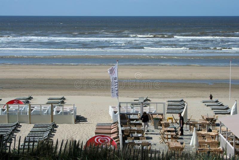 Övergav terrasser av en strand, hus, restaurang, på en tom strand royaltyfria foton