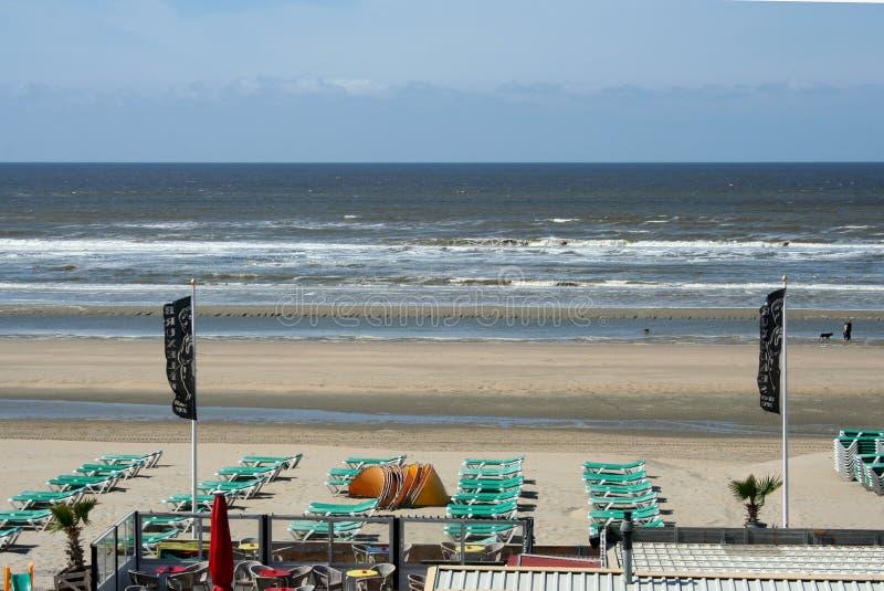 Övergav terrasser av en strand, hus, restaurang, på en tom strand royaltyfri fotografi