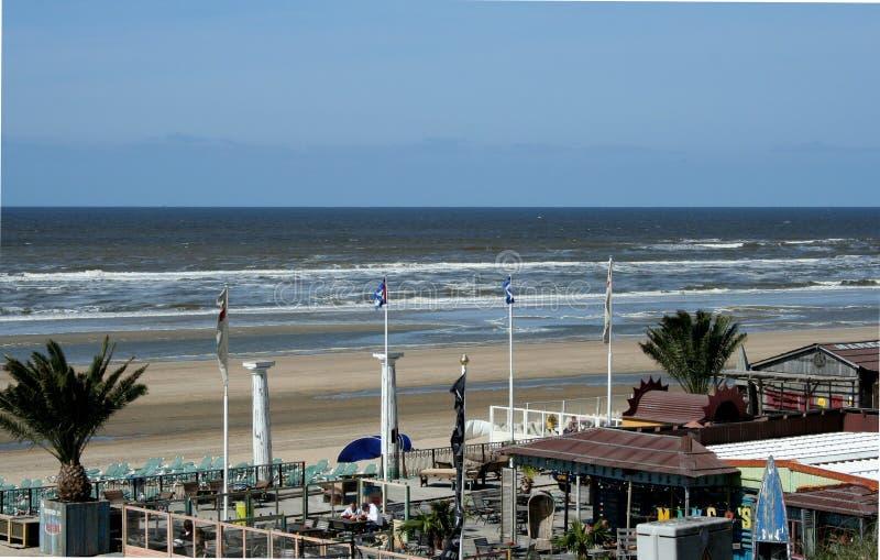 Övergav terrasser av en strand, hus, restaurang, på en tom strand arkivfoto