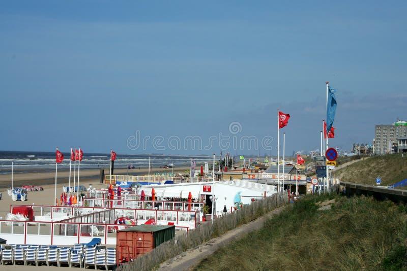 Övergav terrasser av en strand, hus, restaurang, på en tom strand arkivfoton