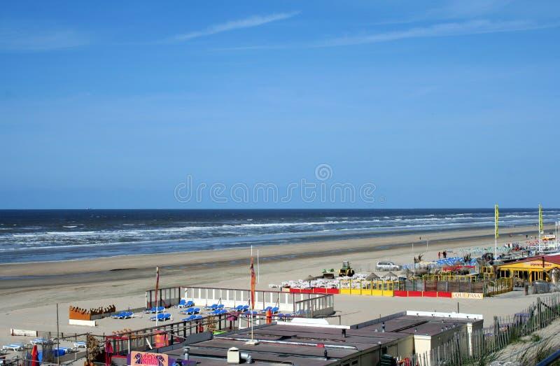 Övergav terrasser av en strand, hus, restaurang, på en tom strand royaltyfri bild