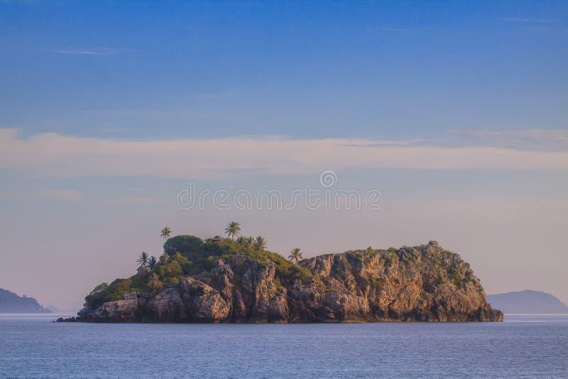 Överge öön och det fridsamma havet mot blå himmel royaltyfria foton