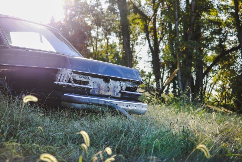 Övergett bilsammanträde i en äng arkivbild