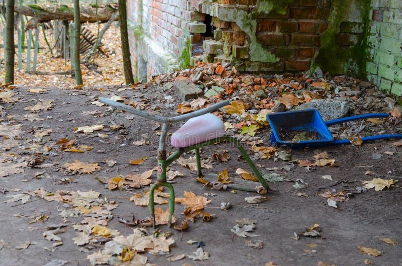 Övergett dagis i den förstörda byn av zonen för Kopachi Tjernobyl kärnkraftverkuteslutande, Ukraina arkivbilder