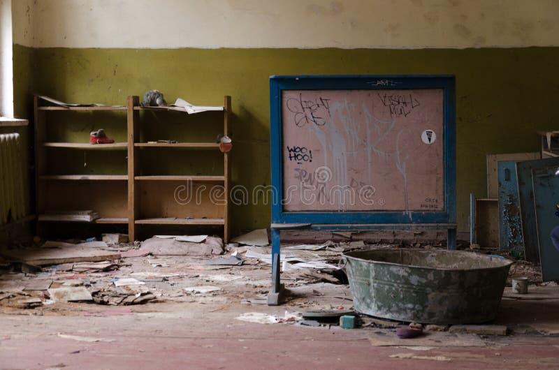 Övergett dagis i förstörd by av Kopachi zon för 10 kilometer Tjernobyl uteslutande, Ukraina royaltyfria foton