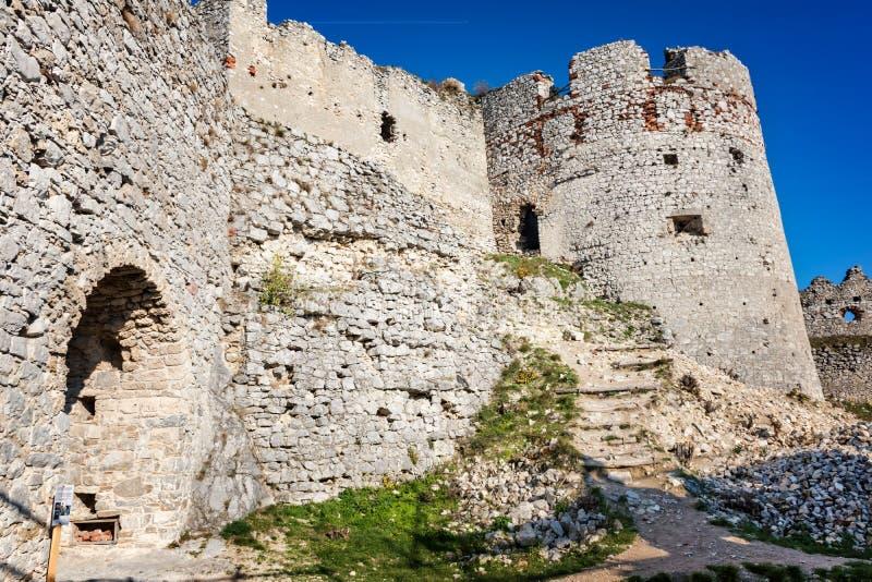Övergett fördärvar av den medeltida Plavecky slotten i höst royaltyfri foto