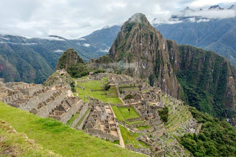 Övergett fördärvar av Machu Picchu den Incan citadellen, labyrinten av terrasser och väggar som stiger ut ur den tjocka undervege royaltyfria foton