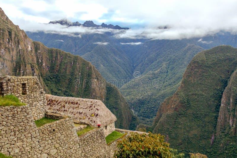 Övergett fördärvar av Machu Picchu den Incan citadellen, labyrinten av terrasser och väggar som stiger ut ur den tjocka undervege royaltyfria bilder