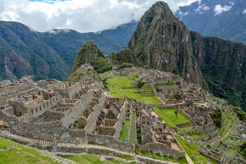 Övergett fördärvar av Machu Picchu den Incan citadellen, labyrinten av terrasser och väggar som stiger ut ur den tjocka undervege arkivbilder